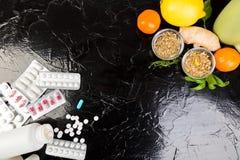 Medicina natural contra o conceito convencional da medicina imagens de stock royalty free