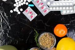 Medicina natural contra o conceito convencional da medicina imagem de stock