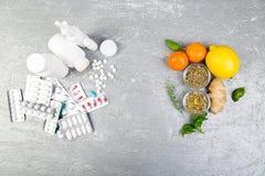 Medicina natural contra o conceito convencional da medicina fotos de stock