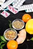 Medicina natural contra o conceito convencional da medicina fotos de stock royalty free