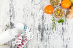 Medicina natural contra o conceito convencional da medicina fotografia de stock royalty free