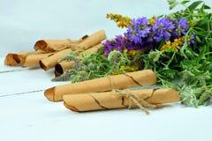Medicina natural, hierbas Las volutas viejas con recetas Imagen de archivo