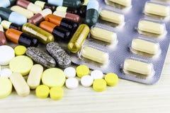 Medicina ou cápsulas Prescrição da droga para a medicamentação do tratamento Medicamento farmacêutico, cura no recipiente para a  Imagem de Stock