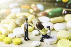 Medicina ou cápsulas Prescrição da droga para a medicamentação do tratamento Medicamento farmacêutico, cura no recipiente para a  Fotografia de Stock Royalty Free