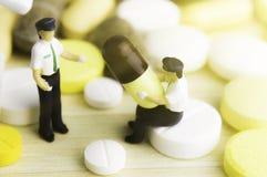 Medicina ou cápsulas Prescrição da droga para a medicamentação do tratamento Medicamento farmacêutico, cura no recipiente para a  Foto de Stock Royalty Free