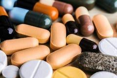 Medicina ou cápsulas Prescrição da droga para a medicamentação do tratamento Medicamento farmacêutico, cura no recipiente para a  Imagens de Stock Royalty Free