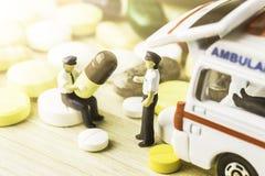 Medicina ou cápsulas Prescrição da droga para a medicamentação do tratamento Medicamento farmacêutico, cura no recipiente para a  Fotos de Stock
