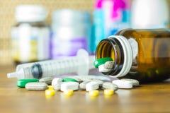 Medicina ou cápsulas Prescrição da droga para a medicamentação do tratamento Medicamento farmacêutico, cura no recipiente para a  Imagem de Stock Royalty Free
