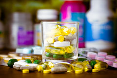 Medicina ou cápsulas Prescrição da droga para a medicamentação do tratamento Medicamento farmacêutico, cura no recipiente para a  Fotos de Stock Royalty Free