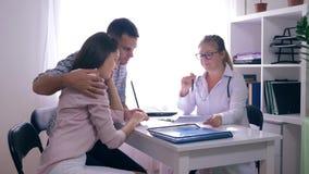 Medicina, par desapontado com o problema da infertilidade que senta-se na frente de seu doutor filme
