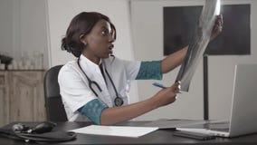 Medicina, povos e conceito dos cuidados médicos - doutor ou enfermeira afro-americano fêmea feliz que escrevem o relatório médico vídeos de arquivo