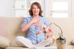 Medicina praticando da energia da mulher foto de stock