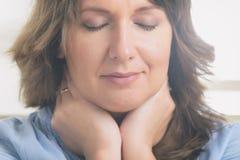 Medicina praticando da energia da mulher imagens de stock royalty free