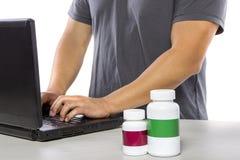 Medicina que ordena en línea o que firma para arriba para el seguro médico Fotografía de archivo