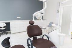 Medicina, stomatologia, ufficio dentario della clinica, attrezzatura medica per odontoiatria fotografia stock libera da diritti