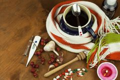 Medicina tradicional contra frios e gripe Chá do Rosehip Tratamento da doença Fotografia de Stock Royalty Free