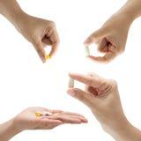 Medicina in una mano su fondo bianco Immagini Stock Libere da Diritti