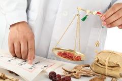 medicinal vägning för asiatiska kinesiska herbalistörtar arkivbild