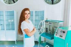 Medicinare i kirurgi med ett närbildleende Arkivfoto