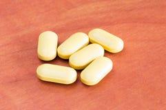 Medicinas anaranjadas, drogas, píldora, tabletas en la tabla de madera imagen de archivo libre de regalías