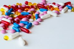 Medicinas coloridas diferentes Comprimidos e cápsulas no fundo branco Copie o espaço fotografia de stock royalty free