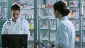 Medicinas de la exploración del farmacéutico con el lector del código de barras almacen de metraje de vídeo