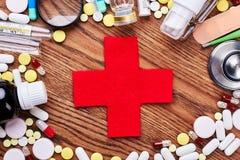 Medicinas e cruz vermelha Fotos de Stock