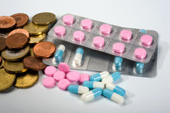 Medicinas e dinheiro Fotos de Stock