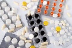 Medicinas em um pacote de cores diferentes Fotografia de Stock Royalty Free