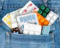Medicinas en bolsillo de los pantalones vaqueros fotografía de archivo libre de regalías