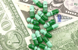 Medicinas en el fondo del dólar Imagenes de archivo
