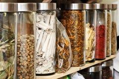 Medicinas herbarias del chino tradicional fotos de archivo