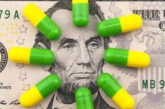 Medicinas no fundo do dólar foto de stock
