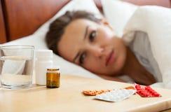 Medicinas para la mujer enferma Fotos de archivo