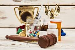 Medicinas, premios y martillo imágenes de archivo libres de regalías