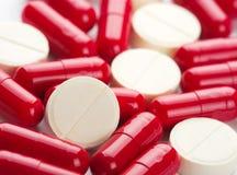 Medicinas rojas y blancas Imágenes de archivo libres de regalías