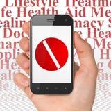Medicinbegrepp: Hand som rymmer Smartphone med preventivpilleren på skärm Arkivbild