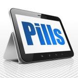 Medicinbegrepp: Minnestavladator med preventivpillerar på skärm Royaltyfri Bild