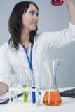 Medicinbegrepp och idéer Kvinnlig laboratoriumpersonal som arbetar med flaskor och flytande Arkivbild