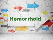 Medicinbegrepp: pil med Hemorrhoid på grungeväggbakgrund arkivbild