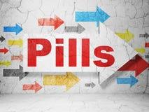 Medicinbegrepp: pil med preventivpillerar på grungeväggbakgrund Royaltyfri Fotografi