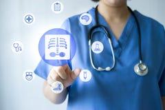 Medicindoktor & sjuksköterska som arbetar med medicinska symboler Fotografering för Bildbyråer