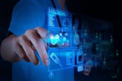Medicindoktor som arbetar med den moderna datormanöverenheten Arkivbild