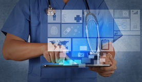 Medicindoktor som arbetar med den moderna minnestavladatoren Arkivfoto