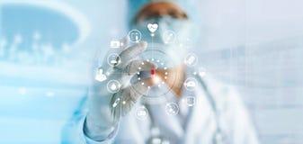 Medicindoktor som rymmer en färgkapselpreventivpiller i hand med medicinsk nätverksanslutning för symbol på modern manöverenhet f royaltyfri bild
