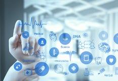 Medicindoktorshand som arbetar med den moderna datormanöverenheten royaltyfria bilder