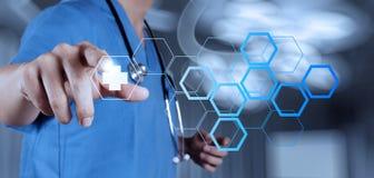 Medicindoktorshand som arbetar med den moderna datormanöverenheten Arkivbild