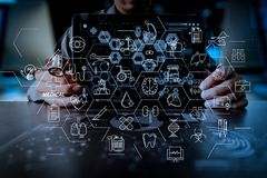 Medicindoktorshand som arbetar med den moderna datormanöverenheten och Arkivfoton