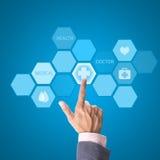 Medicindoktorshand som arbetar med den moderna datormanöverenheten som M royaltyfria bilder