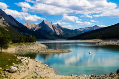 Medicine湖,贾斯珀国家公园 免版税图库摄影